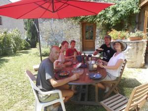Repas au jardin aux beaux jours