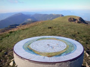 Le Grand Colombier (à 25 min) qui culmine à 1534 m et offre une vue panoramique sur les Alpes, le Mont Blanc, le lac du Bourget et ... le Valromey !